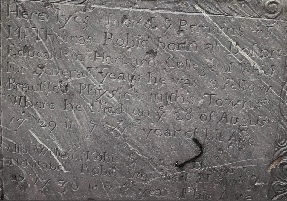 Close-up of the Thomas Robie grave stone text.